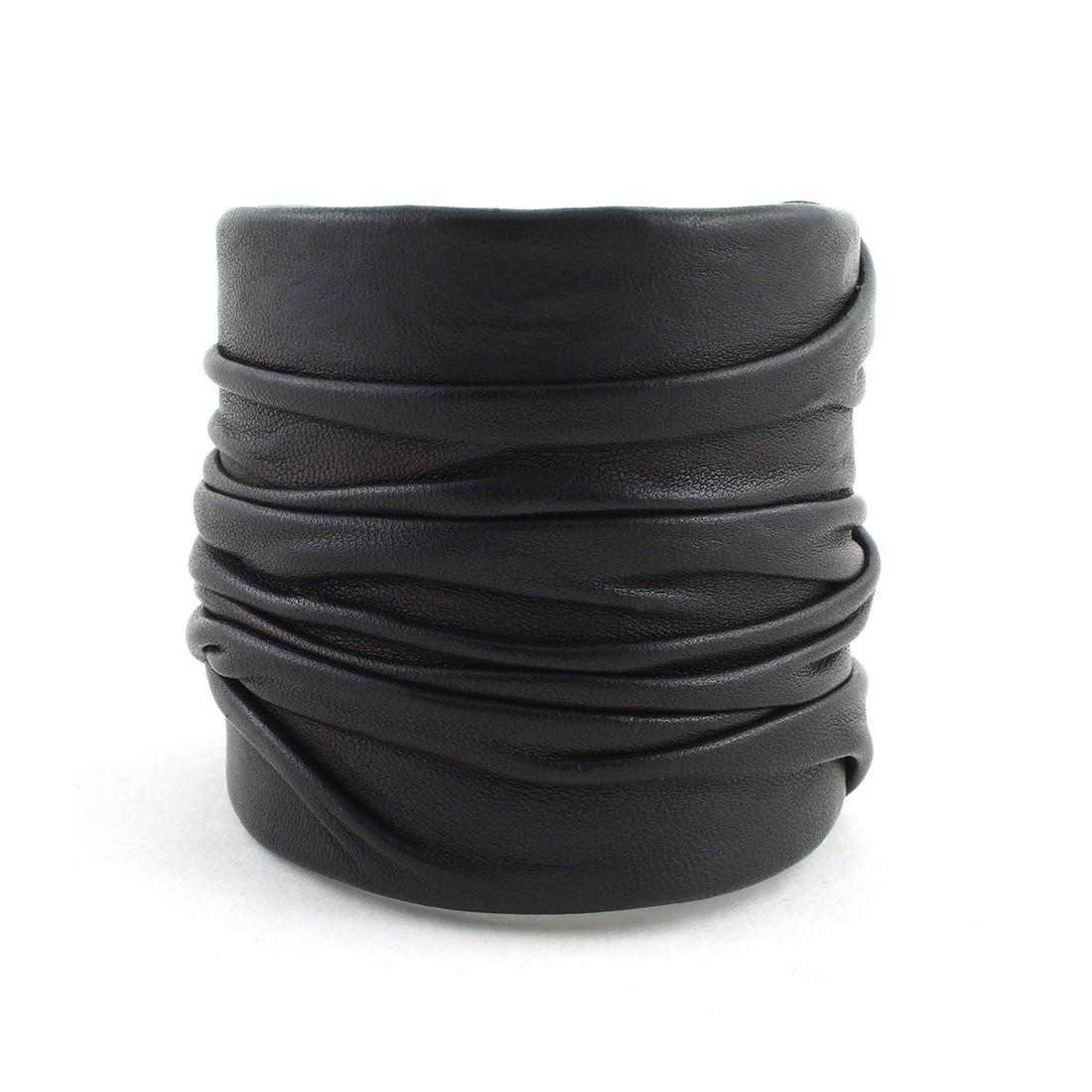 manchette drap e cuir noir clara ds bracelets les cr ateurs de paris. Black Bedroom Furniture Sets. Home Design Ideas