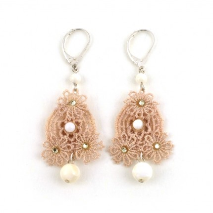 87bc30db3 Boucles d'oreilles dentelle ivoire, strass, perles de nacre ...